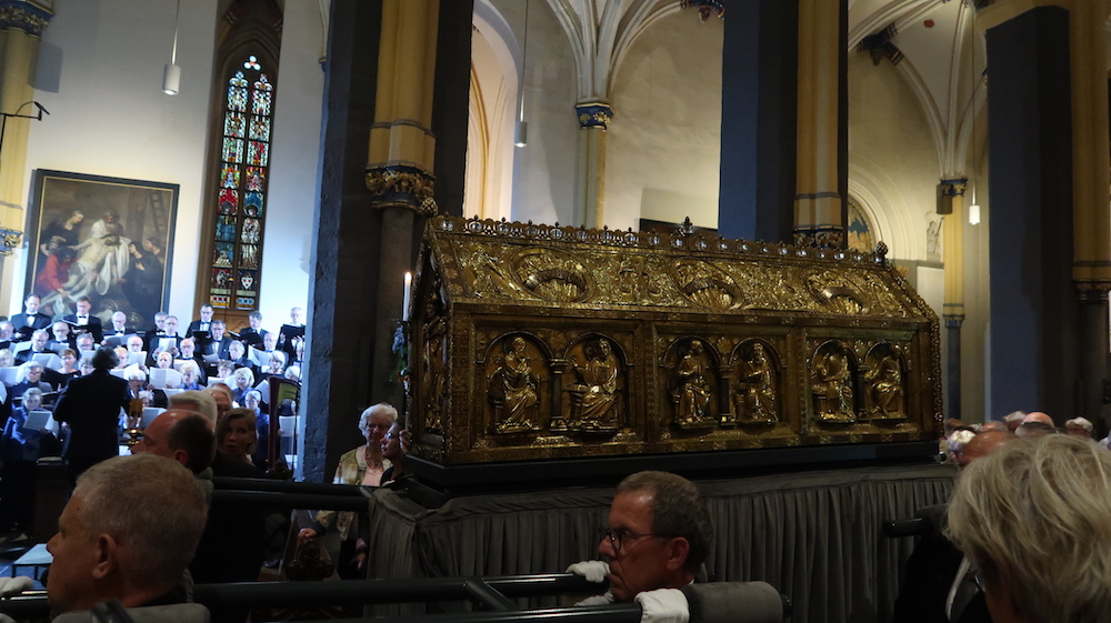 Binnendragen noodkist tijdens mis Heiligdomsvaart St. Servaasbasiliek Maastricht
